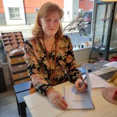 Karen Klarbæk - Få din bog signeret af Karen Klarbæk incl. en nøgle bomuldsgarn i assorteret farve
